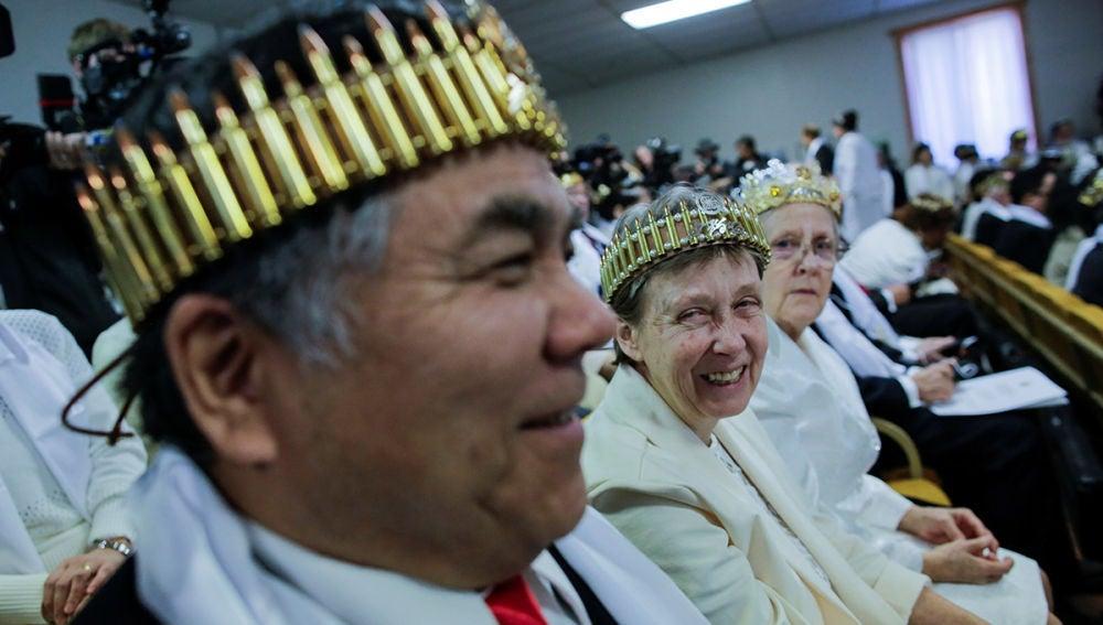 Algunos miembros de la secta Moon con coronas de balas