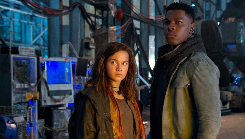 Cailee Spaeny es Amara Namani, huérfana y piloto del Jaeger Scrapper