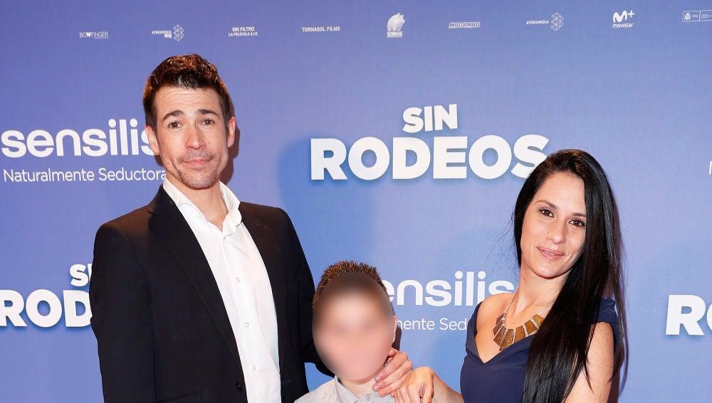 Juan José Ballesta junto a su mujer Verónica y su hijo