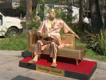 Instalan en Hollywood una estatua de Harvey Weinstein sentado en un sofá