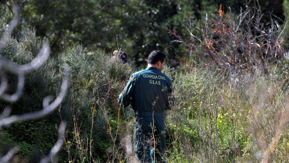 Un agente de la guardia civil durante las labores de búsqueda