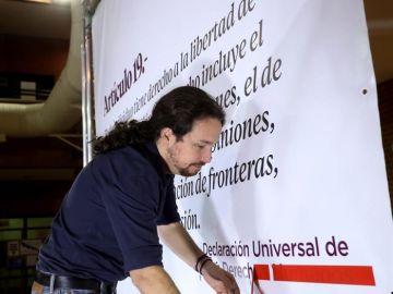 Pablo Iglesias durante la lectura de 'Fariña'