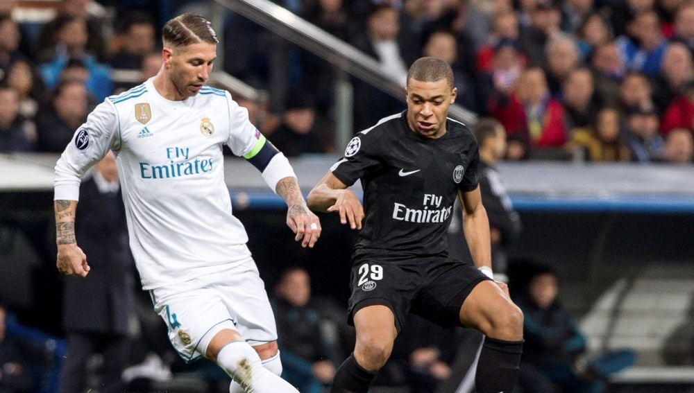 Sergio Ramos controla el balón ante la presión de Mbappé