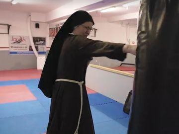 Una de las monjas boxeando