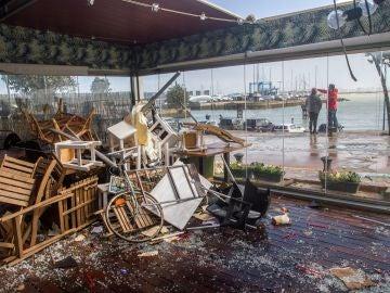 Un tornado en Puerto Sherry (Cádiz) arrasa con coches, barcos y locales