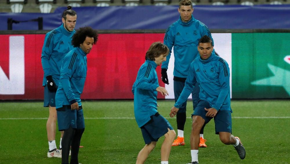 Modric entrena con el resto de sus compañeros en el Parque de los Príncipes