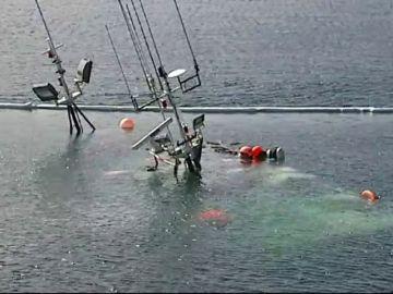 Un pesquero sin nadie a bordo se hunde en Muxía (A Coruña) con una carga de 1.500 litros de gasoil