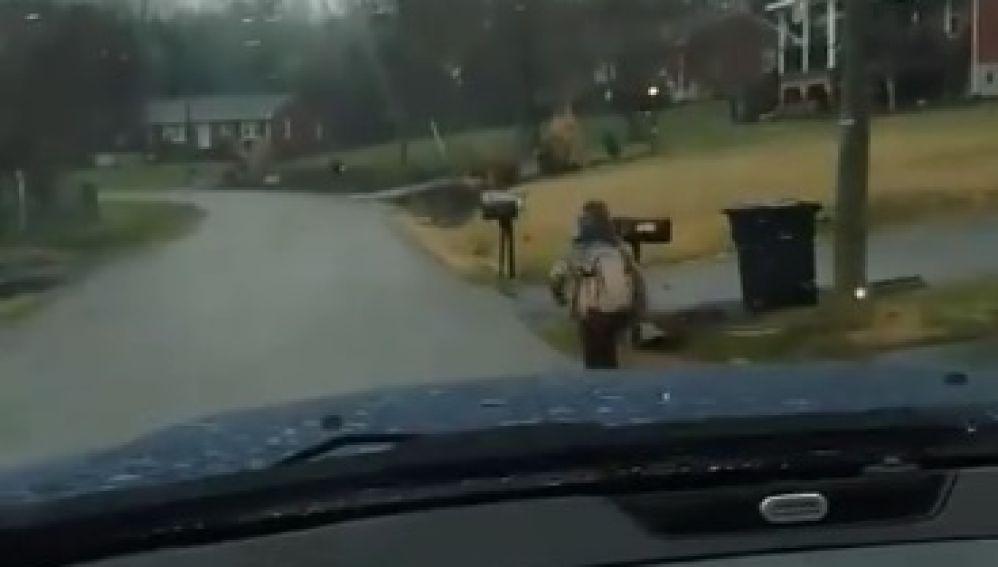 un niño va corriendo a la escuela