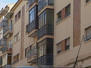 Multan a un jubilado por cerrar su terraza y se venga denunciando a otros 800 vecinos