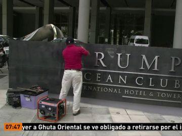 Momento en el que retiran las letras de Trump de la fachada