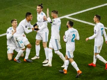 Casemiro celebra su gol ante el PSG con sus compañeros