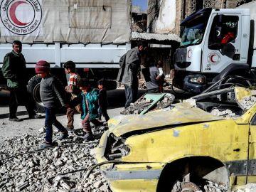 Fotografía de un camión de la Media Luna Roja Árabecon ayuda humanitaria en Guta Oriental