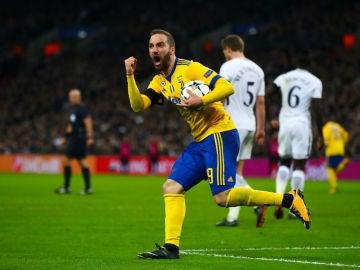 HIguaín celebra un gol