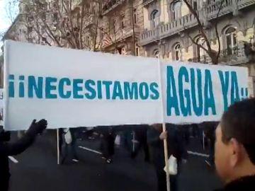 """Agricultores y regantes del Levante reparten 30.000 kilos de verduras en Madrid para pedir """"más agua"""""""