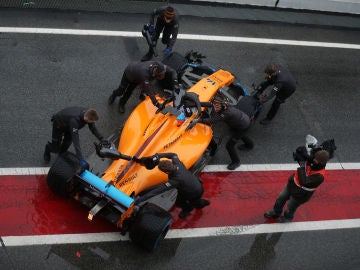Los mecánicos de McLaren meten el monoplaza de Alonso a boxes