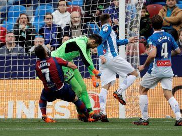 Diego López choca con Sadiku durante un partido