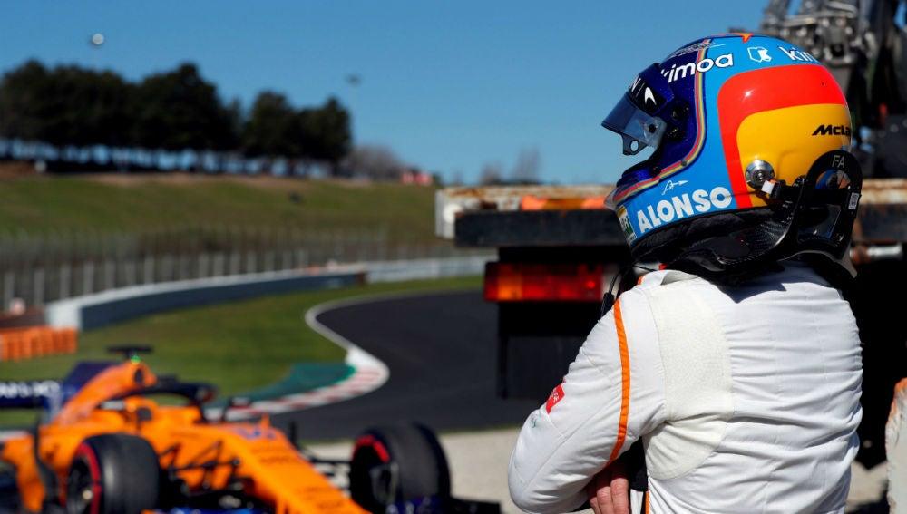 Alonso observa su McLaren