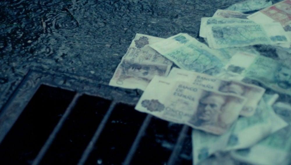 Un depósito de agua revienta y comienzan a llover billetes