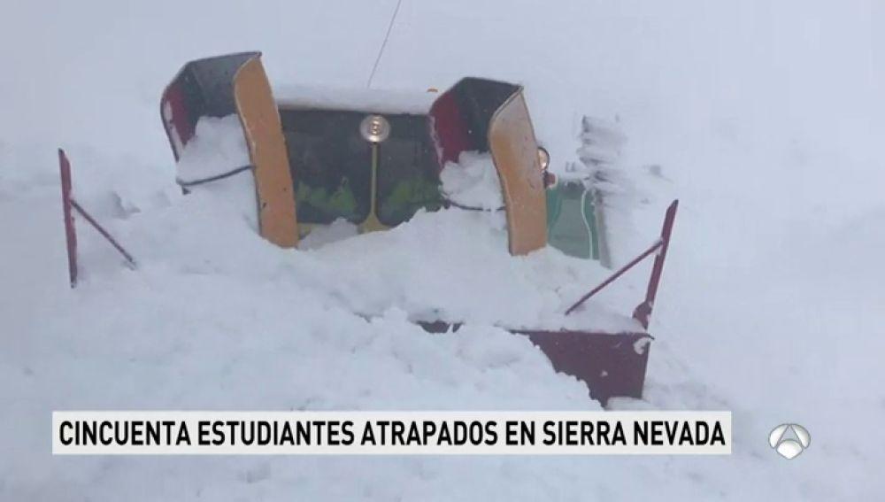 La nieve incomunica el Albergue Universitario de Sierra Nevada con medio centenar de estudiantes