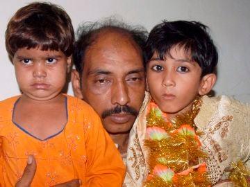 Mohammad Ismil muestra a su hijo de 7 años Mohammad Waseem (derecha) y a la 'novia' de éste Nisha, de 4 años