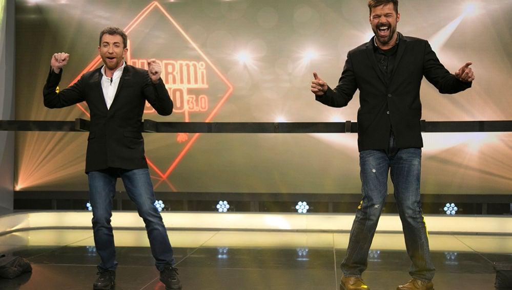 Ricky Martin y Pablo Motos se intercambian las piernas