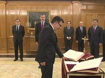 Román Escolano jura ante el Rey Felipe VI su cargo como nuevo ministro de Economía, Industria y Competitividad