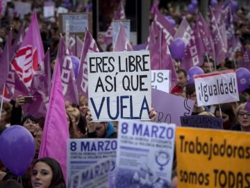 """CCOO y UGT tildan de """"éxito histórico"""" la huelga feminista y cifran el seguimiento en 5,9 millones de trabajadores"""
