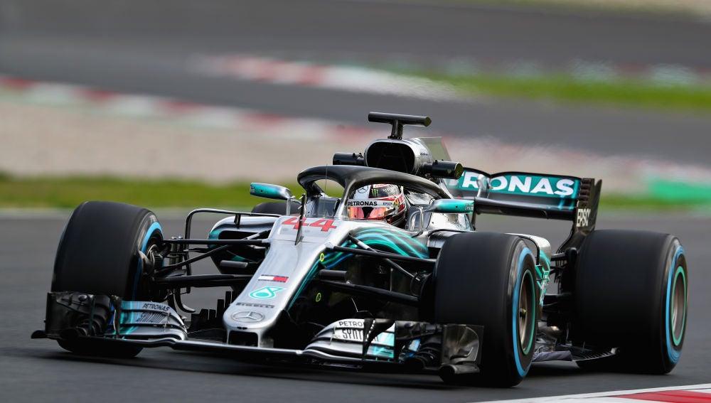 Lewis Hamilton pilota el Mercedes en Montmeló