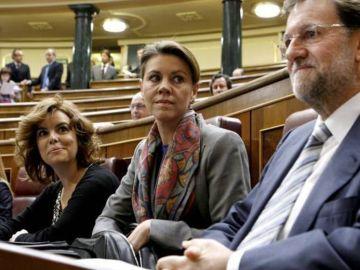 Soraya Sáenz de Santamaría y María Dolores de Cospedal, junto al presidente Mariano Rajoy