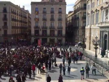 Un grupo de estudiantes se encadena a la Secretaría de Universidades y corta la Via Laietana de Barcelona