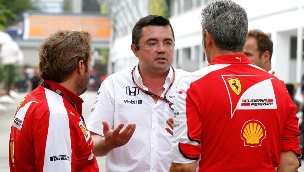 Boullier charla con mecánicos de Ferrari