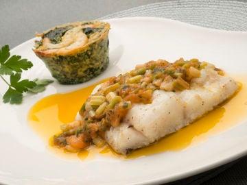 La receta de bacalao fresco con pastelitos de espinacas y gambas