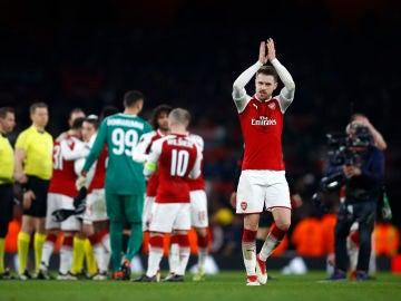 Aaron Ramsey saluda a los fans del Arsenal tras eliminar al Milan
