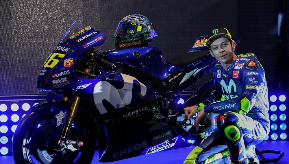 Valentino Rossi posa con su Yamaha