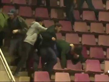 Graves incidentes entre ultras en el Miniestadi durante el Barcelona - Atlético de juveniles