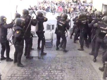 Senegaleses lanzan sillas y mesas contra la Policía en Lavapiés