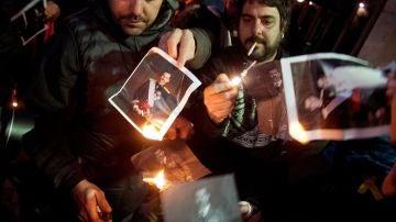 Varias personas quemando fotos del rey en Girona