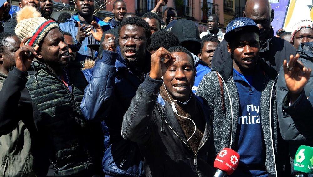 Varias personas se manifiestan en la Plaza de Nelson Mandela en el madrileño barrio de Lavapiés