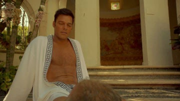 Antonio D'Amico, renunciando a su estilo de vida liberal, pide a Gianni Versace matrimonio