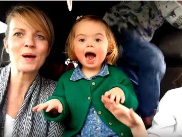 Una de las familias que participa en el vídeo '50 madres, 50 niños y un cromosoma extra'