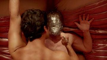 Andrew Cunanan seduce con extraños juegos de dominio a un hombre adinerado