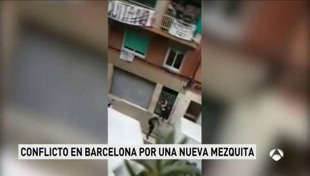 Grupos de ultras y antifascistas se enfrentan por una mezquita en Barcelona