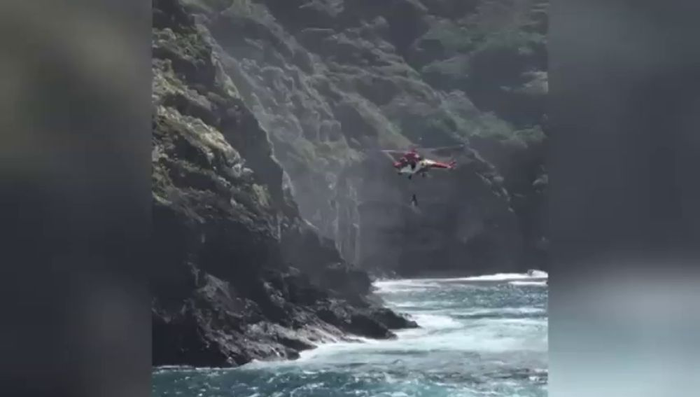 Rescatan a un joven en apuros tras ser arrastrado por una ola en el litoral de la costa de Rojas (Tenerife)
