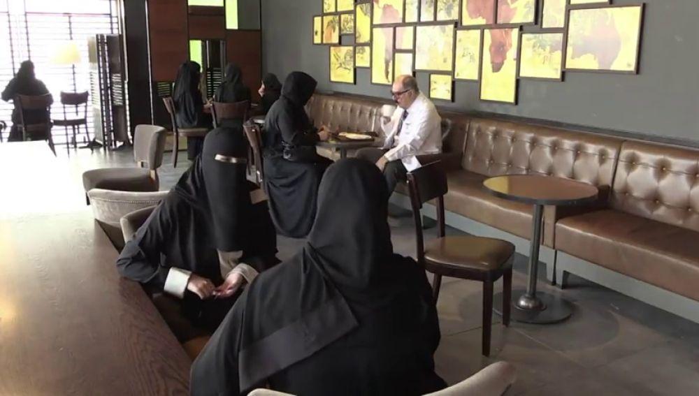 """El príncipe heredero de Arabia saudí """"libera"""" a las mujeres de la túnica y el velo"""