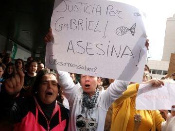 Un centenar de personas gritan pidiendo justicia al paso del furgón policial que traslada a Ana Julia Quezada