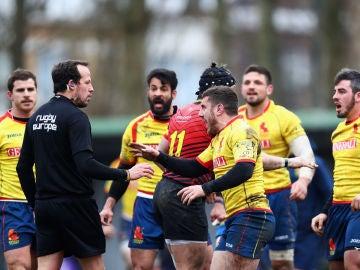 Los jugadores españoles reclaman una jugada ante el colegiado Vlad Iordachescu