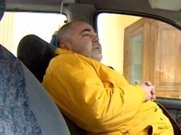 un hombre duerme en su furgoneta