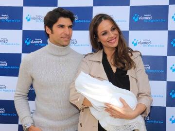 Cayetano Rivera y Eva González presentando a su hijo