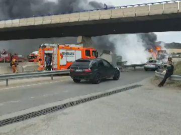 Un camión que transportaba bobinas de hilo arde después de chocar contra otro camión en Beneixida