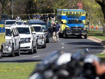 Miembros de la policía bloquean el paso en un vecindario para la relación de la explosión del domingo en el área suroeste de Austin